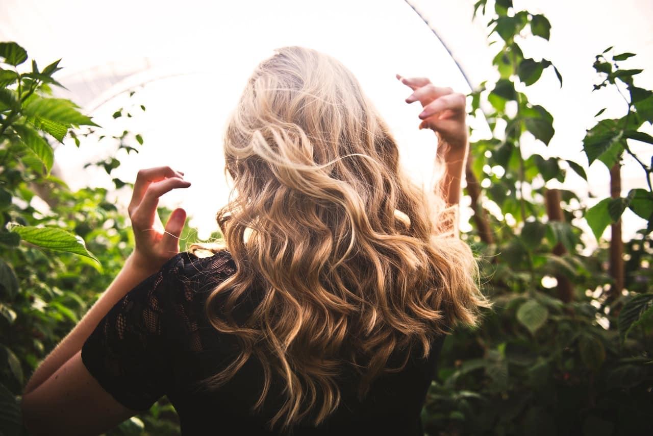 Kręcone włosy – spraw, aby były sprężyste i lśniące
