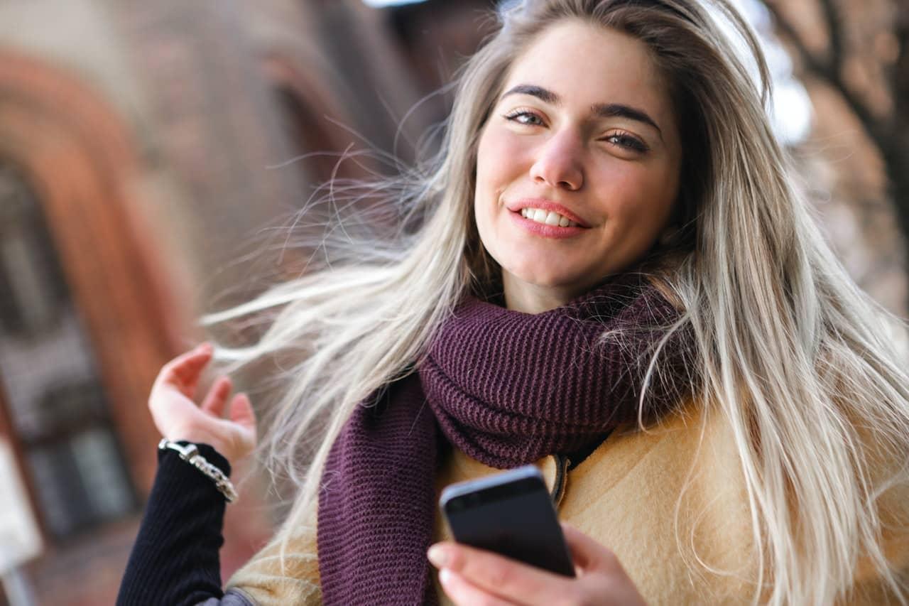 Szare włosy – komu pasują? Farbowanie na siwo w 2021!